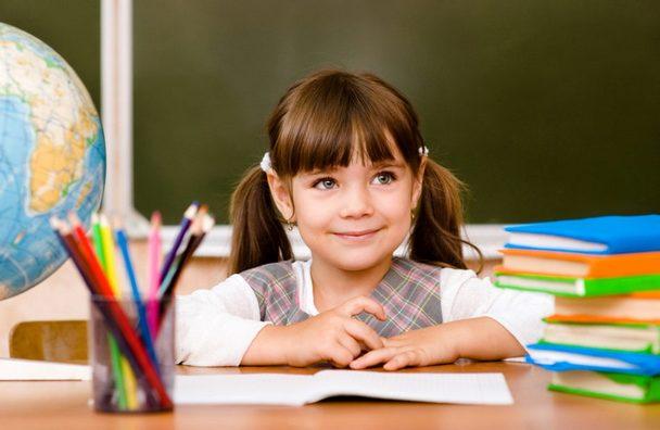 Маленькая Даша прилежно и с желанием учится в школе.