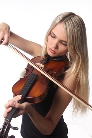 У Мелании часто проявляются склонности к музыке.