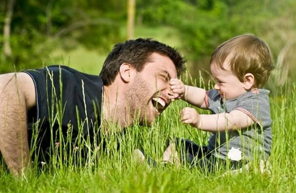Dominic легко находит общий язык с детьми.