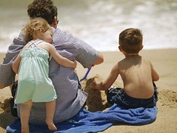 Эдуард любит проводить время с детьми.